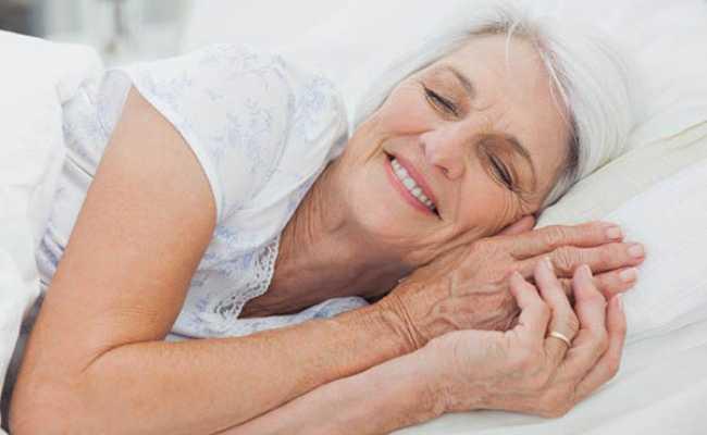 Mulher na cama a dormir