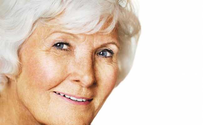 Mulher idosa de olhos claros
