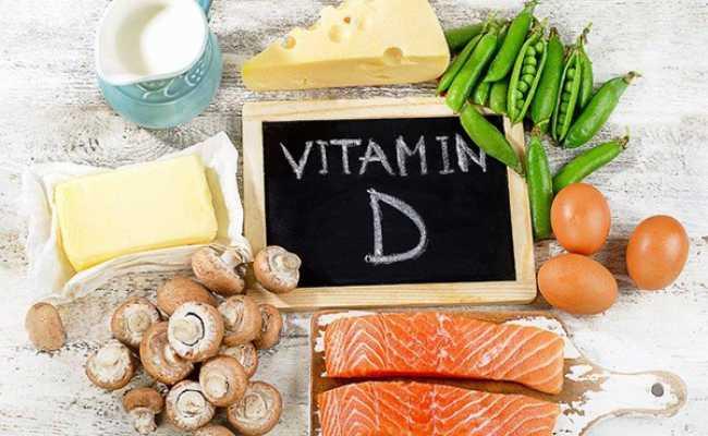 Alimentos e quadro de ardósia com vitamina d escrito